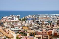 Vue sur la vieux ville et port d'Alicante du château Santa Barbara, été Espagne photographie stock