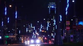 Vue sur la ville de nuit avec des lumières Longueur courante La lumi?re tra?ne sur le fond moderne de construction banque de vidéos