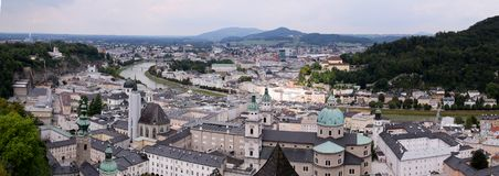 Vue sur la ville de Salzbourg de la forteresse Hohensalzburg en Autriche photographie stock libre de droits