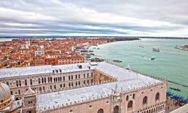 Vue sur la ville et le canal grands à Venise Photographie stock libre de droits