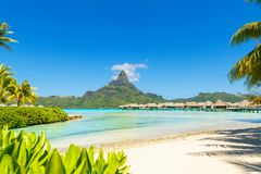 Vue sur le bâti Otemanu par la lagune de turquoise sur l'île tropicale Bora Bora, Tahiti, Polynésie française, l'océan pacifique images stock