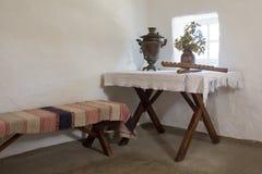 Vue sur le banc - enfoncez dans le cottage dans un musée à la mémoire du grand poète russe du séjour MON L Images stock