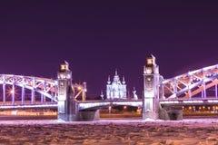 Vue sur le Bolsheokhtinsky ou le Peter le grand pont à travers Neva River et cathédrale de Smolny dans le St Petersbourg, Russie photo stock