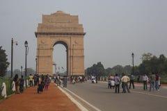 Vue sur le boulevard de Rajpath à la porte d'Inde Image stock