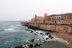 Vue sur le cap de l'île d'Ortigia image libre de droits