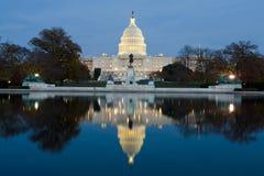 Vue sur le capitol des USA au crépuscule Images libres de droits