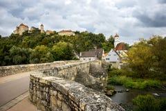 Vue sur le château de Harburg du pont au-dessus de la rivière de Wornitz dans la ville de Harburg en Bavière, Allemagne photographie stock libre de droits