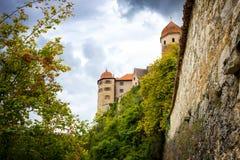 Vue sur le château de Harburg du pont au-dessus de la rivière de Wornitz dans la ville de Harburg en Bavière, Allemagne photos libres de droits