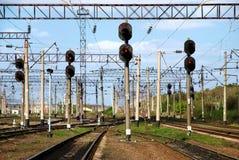 Vue sur le chemin de fer avec des feux de signalisation Photos stock
