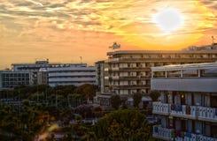 Vue sur le complexe d'hôtel en Italie avec des couleurs chaudes, nuages dramatiques Images stock