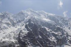 Vue sur le dessus de la montagne de Salkantay dans le jour nuageux photo libre de droits