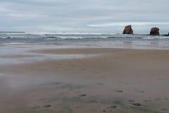 Vue sur le jumeaux de deux sur la plage sablonneuse du hendaye en ciel orageux nuageux Image libre de droits
