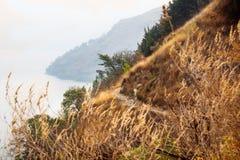 Vue sur le lac d'Atitlan de chemin de marche entre Santa Cruz et Jaibalito, Lago de Atitlan, Guatemala image stock