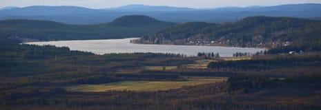 Vue sur le lac Jarvtrasket dans Norrbotten en Suède photos stock