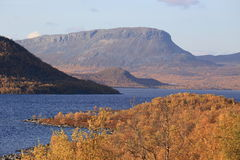 Vue sur le lac Kilpisjarvi et la montagne de Saana Photos stock