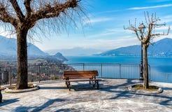 Vue sur le lac Maggiore par le belvédère Pasquè de Brezzo di Bedero, province de Varèse images stock