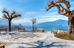 Vue sur le lac Maggiore par le belvédère Pasquè de Brezzo di Bedero, province de Varèse photographie stock libre de droits