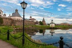 Vue sur le monastère de Solovetsky de la baie du bien-être photographie stock