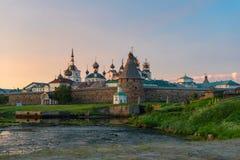 Vue sur le monastère de Solovetsky de la baie du bien-être images libres de droits