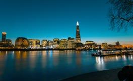 Vue sur le panorama de paysage urbain de Londres au coucher du soleil, style moderne Images stock