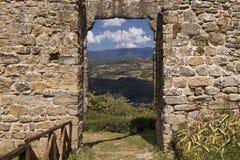 Vue sur le paysage italien par le mur Photo stock
