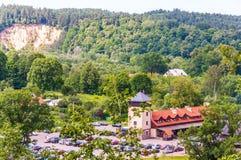Vue sur le paysage scénique du parc national de Pavilnius à Vilnius, Lithuanie Stationnement plein des voitures et des visiteurs, photographie stock