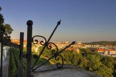 Vue sur le paysage urbain de Prague derrière une barrière/porte métalliques décoratives Photos stock