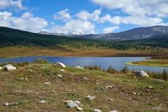 Vue sur le petit lac à proximité du passage de montagne Ulagansk Photographie stock libre de droits