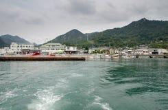 Vue sur le pilier de Tandonumi De ce port viennent le ferry à Okunoshima (l'île de lapin) japan photos stock