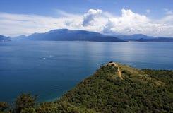 Vue sur le policier de lac et l'Alpes Image stock