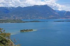 Vue sur le policier de lac et l'Alpes Photographie stock libre de droits