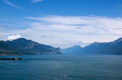 Vue sur le policier de lac et l'Alpes Photos stock