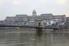Vue sur le pont à chaînes et le Buda Castle de Szechenyi Photographie stock libre de droits