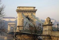 Vue sur le pont à chaînes et le Buda de Szechenyi Image stock