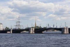 Vue sur le pont d'échange du remblai de Makarov à St Petersburg photographie stock