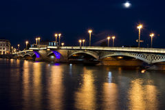 Vue sur le pont de Blagoveschenskiy en nuits blanches d'été, St Petersburg Image stock