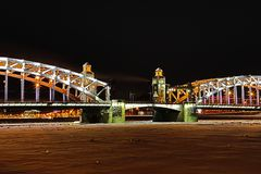 Vue sur le pont de Bolsheokhtinsky à travers Neva River dans le St Petersbourg, Russie en Th photo stock