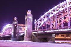 Vue sur le pont de Bolsheokhtinsky à travers Neva River dans le St Petersbourg, Russie en Th image libre de droits