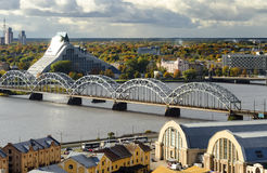 Vue sur le pont en train à Riga, Lettonie Images stock