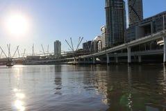 Vue sur le pont futuriste de Kurilpa et la ville Australie de Brisbane, Queensland photo libre de droits