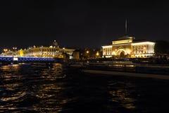 Vue sur le remblai d'Amirauté et l'ermitage Rivière de Neva, St Petersbourg Août 2017 Images stock