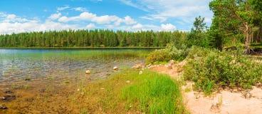 Vue sur le rivage du lac Photographie stock libre de droits