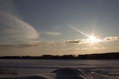 Vue sur le soleil et le lac photo stock