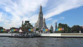 Vue sur le temple bouddhiste Wat Arun du fleuve Chao Phraya bangkok clips vidéos