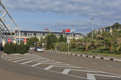 Vue sur le territoire de l'aéroport de Sotchi et du terminal d'Aeroexpress, Adler, région de Krasnodar, Russie Images stock