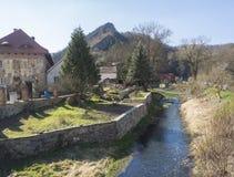 Vue sur le village avec la cosse Skalou, Beroun, région de Bohème centrale, République Tchèque de Svaty janv. de falaise de r image libre de droits