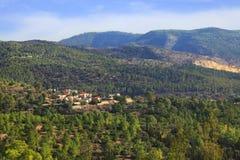 Village dans le bois de montagne Image libre de droits