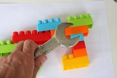 Vue sur les cubes en bois et les briques colorées de jouet images libres de droits