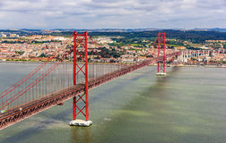 Vue sur les 25 De Abril Bridge - Lisbonne Photos libres de droits