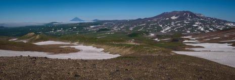 Vue sur les montagnes autour du volcan de Mutnovsky Photographie stock libre de droits